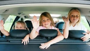 Kids_in_car_on_road_trip